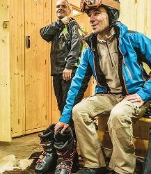 Personnes qui mettent leurs chaussures de skis à la consigne Mountain Story