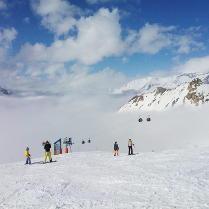 Skier au dessus des nuages