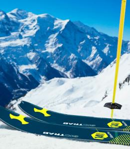 Vue sur les montagnes depuis le haut de la piste, chaussé d'une paire de ski