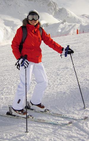 Femme équipée en tenue de ski
