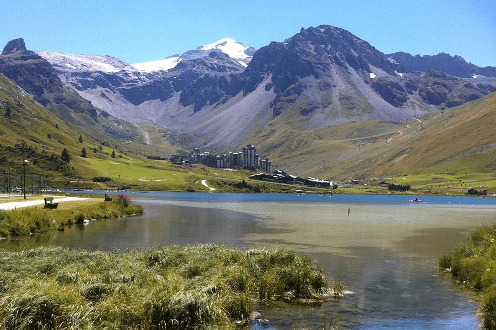 Vue sur la station de Tignes en été, avec les sommets enneigés