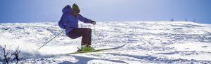 homme en train de skier sur les pistes