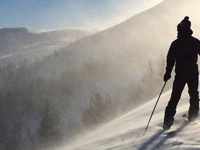 homme de dos qui ski en montagne