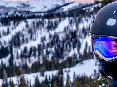 Skieur avec un casque à la montagne