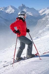 Femme faisant du ski de rando à la montagne