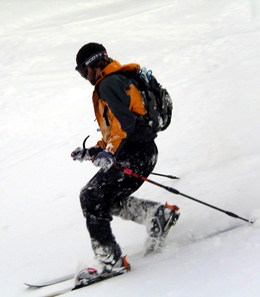 skieur pratiquant le telemark