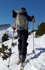 homme montant une piste en ski