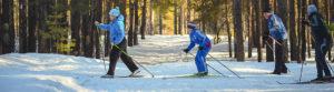 Une famille avec leurs skis loués