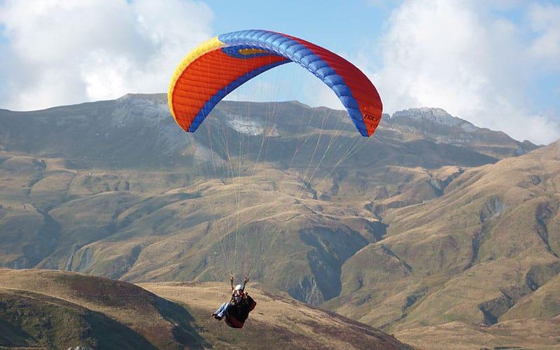 Parapente en plein vol dans les montagne de Tignes