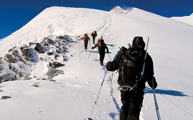 Groupe de randonneurs en plein glacier