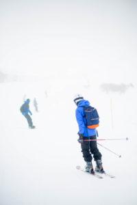 des skieurs avec de bonnes chaussures de ski