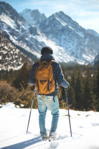 skieur à la montagne avec de la neige tout autour
