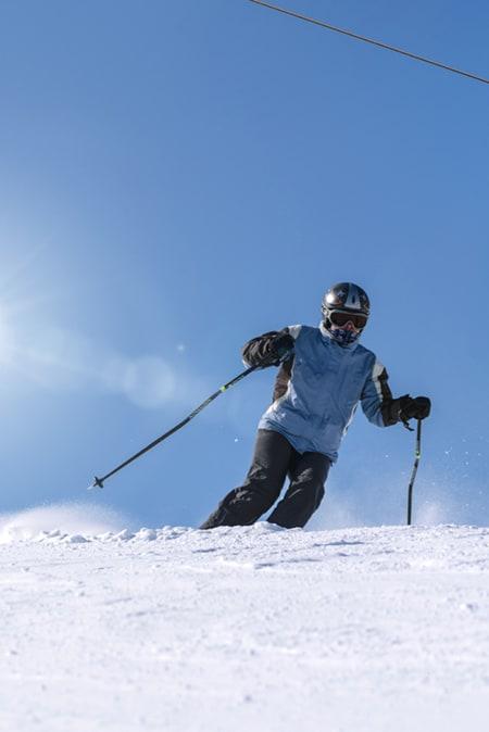 skieur avec tout l'équipement de sécurité