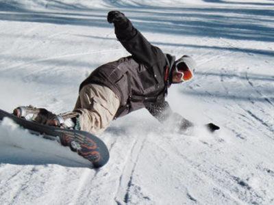 un débutant en train de faire du snowboard