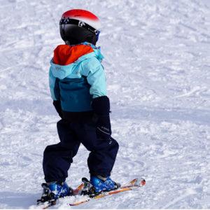 un enfant au ski