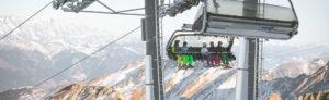 famille au ski sur un télésiège