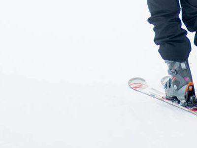 un skieur qui essaye son matériel
