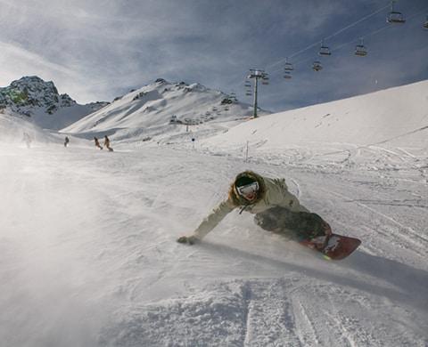 une personne qui commence le snowboard