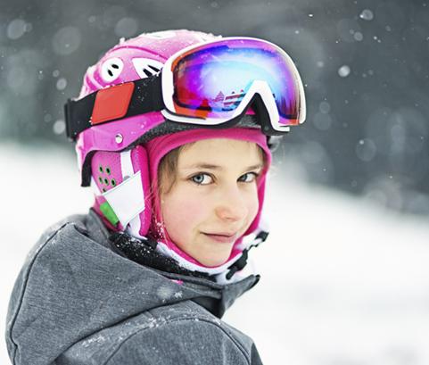 une fillette équipée au ski