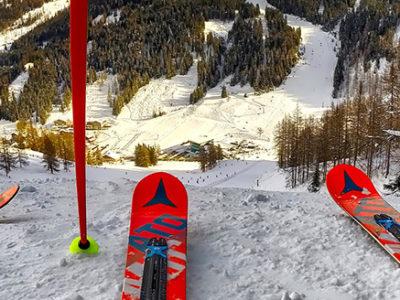deux paires de skis vues de près