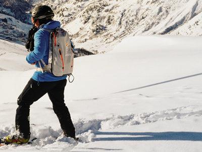 skieur profitant de l'air de la montagne