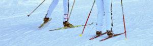 deux personnes en train de faire du ski de fond