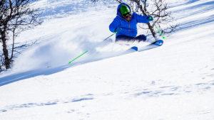 skieur sur les pistes en montagne