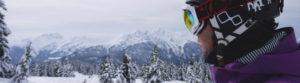 skieur freeride regardant un paysage