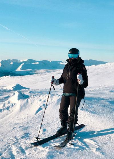 skieur en haut des pistes